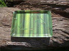 Bandeja em melamina com estampa de bambus verdes. 39cm. X 28cm. X 2cm. US$12 -> R$ 22,50.