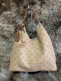 Bolsa Louis Vuitton – Carmel Mahina – Creme – Couro Sintético Creme, Trendy Fashion, Fashion Women, Glamour, Bags, Louis Vuitton Pouch, Shoulder Purse, World Of Fashion, Hair