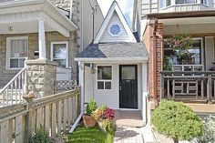 This may not be the smallest house in the world, but it is in Toronto. It has a… This may not be the smallest house in the world, but it is in Toronto. It has a living room, kitchen and bedroom. This entire house sits on a parcel of land feet wide and Little White House, Little Houses, Tiny Houses, Cob Houses, Miniature Houses, Quebec Montreal, Tumbleweed Tiny Homes, Unusual Homes, Up House
