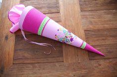Zauberhafte liebevoll von Hand gefertigte Zuckertüten für die kleine Schulanfängerin  Die Schultüte Schmetterling ist in den Farben rosa, pink und hellgrün jeweils mit weißen Pünktchen gehalten....