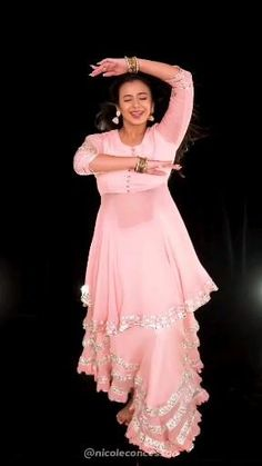 Girl Dance Video, Wedding Dance Video, Indian Wedding Video, Indian Wedding Outfits, Dance Choreography Videos, Dance Videos, Simple Dance, Beautiful Girl Dance, Dance Poses