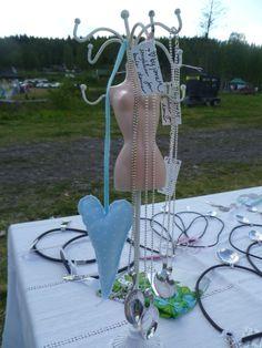 En kul dame med kjeder fra by janeM. Cool lady! Facebook.com/byJaneM/ www.epla.no/shops/byjanem/ Spoon Jewelry, Wind Chimes, Shops, Facebook, Cool Stuff, Lady, Outdoor Decor, Shopping, Home Decor
