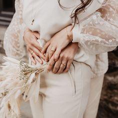 Après avoir posté la photo de mon nouveau chandail, j'ai eu plus de 20 personnes qui m'ont demandé d'où il venait ⚡️ La vérité c'est que je l'ai vu en LIVE sur une mariée et que je lui ai moi même demandé d'où il venait ! Et non, vous ne le verrez pas porté sur moi, mais sur elle directement 😍  Qu'on s'étonne pas si tout le monde porte le même la semaine prochaine 🤣  Réponse : allez voir les TAGS! Instagram Accounts, Wedding Rings, Engagement Rings, Live, Everything, World, Enagement Rings, Diamond Engagement Rings, Wedding Ring
