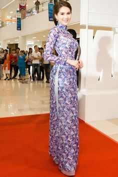 Ngọc Trinh chọn bộ áo dài với sắc hoa tím để khoe vóc dáng. Mái tóc được búi cổ điển theo phong cách thiếu nữ Sài Gòn xưa.