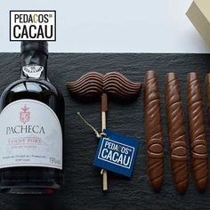 Cabaz Dia do Pai – Chocolates e vinho do Porto info@pedacosdecacau.pt Chocolates, Barware, Port Wine, Wine Decanter, Cocoa, Diy Creative Ideas, Sweets, Peda, Chocolate