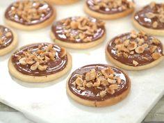 Smörkakor med mjölkchoklad, hasselnötter och flingsalt | Recept från Köket.se