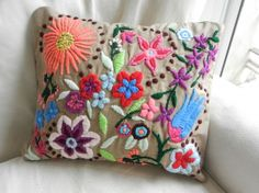 Almohadones bordados a mano - Almohadones - Casa - 496422 Mexican Embroidery, Modern Embroidery, Crewel Embroidery, Cross Stitch Embroidery, Embroidery Designs, Embroidered Cushions, Lesage, Floral Pillows, Hand Quilting
