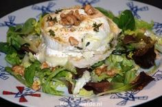 Dit gerecht smaakt zelfs nog lekkerder dan dat het klinkt... Warme geitenkaas salade met geroosterd brood, walnoten en een verrukkelijke appeldressing! Sugar Free Recipes, Ww Recipes, Low Carb Recipes, Tapas, Brie, Soup Starter, Good Food, Yummy Food, Fruit Salad Recipes