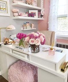 25 Chic Office Desk Arrangements You Need to Copy Now Vol / 25 Chic Office Desk Arrangements You Need to Copy Now vol Get inspired to design your own chic office desk. Twenty five chic office desk ideas you need to copy now. Home Office Space, Office Workspace, Home Office Design, Home Office Decor, Office Style, Pink Office Decor, Office Designs, White Office, Feminine Office Decor