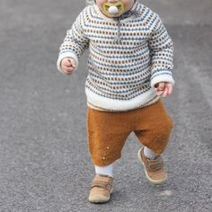 love this cozy little guy outfit Knitted Baby Clothes, Baby Kids Clothes, Baby & Toddler Clothing, Toddler Fashion, Kids Fashion, Knitting For Kids, Baby Knitting, Boys Sweaters, How To Purl Knit