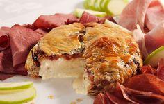 O queijo Brie assado com a massa folhada e a geleia de amora fica assim.