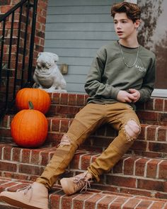 men and twinks few boys Cute Boy Outfits, Outfits For Teens, Simple Outfits, Beautiful Boys, Pretty Boys, Teen Boy Photography, Teen Jungs Outfits, Teenage Boy Fashion, Sport Top