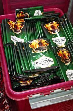 Yhteen kauppakassiin kuluu satoja kahvipusseja. Tyhjiä pusseja voi kysellä vaikka kahviloista tai pyytää ystäviä keräystalkoisiin. TS/Ari-Matti Ruuska Bags, Sachets, Christmas Crafts, Journaling, Recycling, Handbags, Bag, Totes, Hand Bags