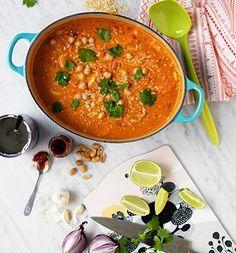 Curry, kokos, lime och jordnötter är en kombination som slår det mesta. Den här grytan är dessutom klar på ett litet kick. Använd färdiga kikärtor på burk eller koka egna i förväg.