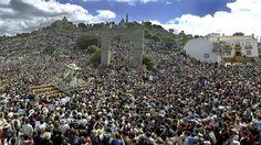 En la jienense Sierra de Andújar se celebra el último domingo de abril la romería y procesión dedicada a la Virgen de la Cabeza.