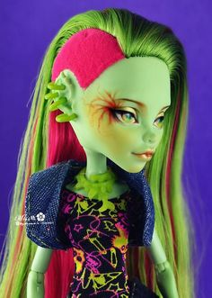 Venus repaint, Monster High - although I'm not a fan of thesedolls or this hair style, i must admit this is cool!