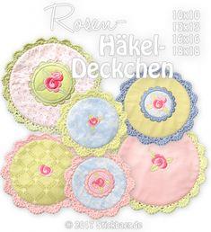 Rosen-Häkeldeckchen 10x10, 13x13, 16x16 und 18x18cm Mit dieser Stickdatei arbeitet Ihr komplett im Rahmen Eurer Stickmaschine zwei verschiedene zauberhafte Deckchen, bestickt mit Rosenblüten,welche anschließend mit einer süßen Borte umhäkelt werden. Zum kinderleichten Anhäkeln der Borte ist direkt in die Stickdatei eine Schlaufennaht eingearbeitet, so dass das Umhäkeln sauber und passgenau erfolgt. Jedes Deckchen ist komplett sauber gearbeitet und natürlich gefüttert, ohne jegliche…