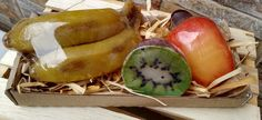 Produzidos com matéria prima hipoalergênica <br>Propriedades: <br>- Base glicerinada branca, lauril líquido, essências de banana, caju e kiwi, corantes e pigmentos cosméticos a base de água. <br>Enriquecidos com extrato glicólico natural de aveia e germe de trigo. <br>Embalagem: Plástico especial para sabonetes, papel seda, palha natural, caixinha de papelão e redinha limão. <br> <br>Produto feito a mão 100% artesanal.