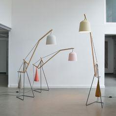 Les designers allemands basés à kassel, Miriam Aust et Sebastian Amelung, ont créé ce lampadaire à bascule pourvu d'un mécanisme simple permettant de garde