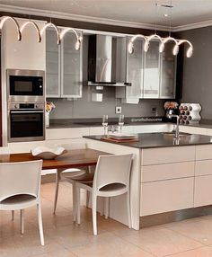 45 Best Kitchen Decor Ideas and Designs - Soflyme Kitchen Decor, Kitchen Design, Peaceful Home, Interior Decorating, Interior Design, Modern Spaces, Country Kitchen, Cool Kitchens, Gourmet Recipes