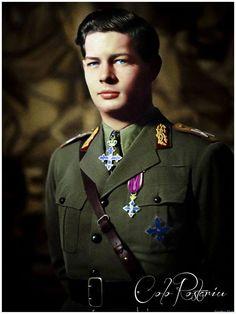 Regele Mihai in uniforma de ofiţer general cu grade de mareşal.