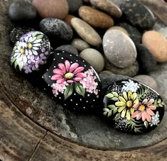 Inspirational Happy Sayings Painted Rocks Rock Painting Patterns, Rock Painting Designs, Paint Designs, Pebble Painting, Pebble Art, Stone Painting, Stone Crafts, Rock Crafts, Rock Hand