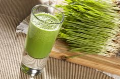 Why add wheatgrass to your juice & smoothie recipes? Simple, because wheatgrass is actually a superfood and provides many valuable health benefits! Nutribullet Recipes, Detox Recipes, Smoothie Recipes, Smoothies Detox, Juice Smoothie, Detox Drinks, Super Greens, Irrigation Du Colon, Wheat Grass Shots