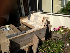 Outdoor wood pallet furniture