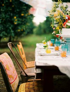 Rustic al fresco dining with mismatched chairs. Outdoor Food, Outdoor Dining, Outdoor Spaces, Mismatched Chairs, Decoration Inspiration, Company Picnic, Al Fresco Dining, Summer Picnic, Dinner Table