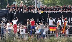 Der DFB-Bus auf dem Weg zur Fanmeile am Brandenburger Tor. Foto: dpa