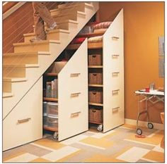 um projeto para aproveitamento dos vãos que ficam embaixo de escada e que não permite muito acesso: http://www.workbenchmagazine.co...