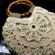 Use a shiny silk thread in light gold to crochet a beautiful heirloom-quality bag. Small beads also compliment the design of this lace crochet bag pattern. Crochet Shell Stitch, Crochet Tote, Crochet Handbags, Crochet Purses, Knit Or Crochet, Purse Patterns, Crochet Patterns, Sewing Patterns, Look Hippie Chic