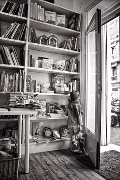 """""""Mi hijo tiene qué sé yo la de libros en formato digital. Te hablo del que vive ahora en Utah, Estados Unidos. Va de vez en cuando a la Antártida; es guía polar. Pues bien, lo que más ilusión puede hacerle es que le enviemos un libro. Cuesta 35 euros mandarle dos kilos de libros. Y jamón, envasado al vacío, …"""