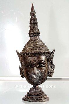 Sian Phra Lak Naa Thong Nuea Samlit Ruun Chakkaphat Narai Thai Amulett Statue des ehrwürdigen Luang Phu Galong, zu Lebzeiten Abt des Wat Kao Laem,  aus dem Jahr BE 2551 (2008).