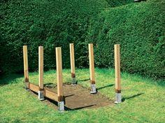 Die ersten Bretter montiert man auf den inneren Längsseiten mit fünf Zentimeter Abstand zum Boden, damit sie nicht modern