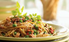 This speedy pasta recipe is a novel change from heavier Bolognese or creamy sauced pastas. Roasted red peppers from a jar combined with the tanginess of the lemon pepper tuna make a delicious shortcut pasta sauce that requires no simmering time. Fish Pasta, Tuna Pasta, Seafood Pasta, Roasted Red Pepper Sauce, Roasted Red Peppers, Super Healthy Recipes, Quick Recipes, Yummy Recipes, Yummy Food
