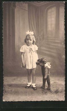 Teddy Bär hält kleines Mädchen an der Hand。 with a teddy bear