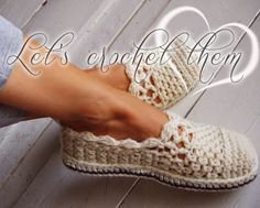 Relasé: Scarpe all'uncinetto tipo ballerine - schema Knitted Slippers, Crochet Slippers, Knitting Patterns, Crochet Patterns, Slipper Boots, Boot Cuffs, Crochet Videos, Womens Slippers, Wool