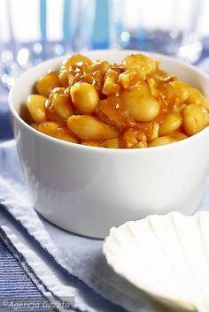 Żeby przygotować fasolkę po bretońsku należy najpierw zalać fasolę wodą i odstawić na całą noc. Na drugi dzień odlej wodę, w której fasola się moczyła, zalej świeżą wodą i gotuj do miękkości razem z liściem laurowym, zielem angielskim, pokrojonym boczkiem i kiełbaską. Gdy fasola będzie zupełnie miękka, przypraw ją do smaku cukrem, solą, pieprzem i majerankiem. Zasmaż mąkę na smalcu, dodaj do fasolki, przypraw roztartym czosnkiem. Uwaga: do fasolki po bretońsku zamiast smalcu możesz użyć…
