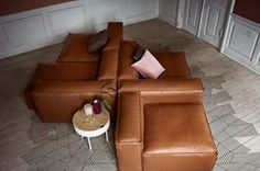 Blød, indbydende og fleksibel. Lyder det som den rette sofa for dig? Den Köln-baserede designduo KaschKasch har skabt Cosima-modulsofaen ud fra princippet om: Den bløde komfort (du skal have lyst til at smide dig i sofaen) og muligheden for at kombinere få moduler på mange måder. Cosima-serien byder på syv moduler, der alle kan stå alene eller kombineres uafhængigt på kryds og tværs med de øvrige moduler. De firkantede ryg- eller armlæn har i øvrigt en perfekt bredde, der indbyder til en…