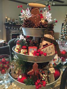 Awesome 41 Stunning Christmas Kitchen Decor Ideas That Looks Cool Farmhouse Christmas Decor, Christmas Kitchen, Country Christmas, Christmas Fun, Vintage Christmas, Primitive Christmas Decorating, Xmas, Christmas Mantels, Christmas Wreaths