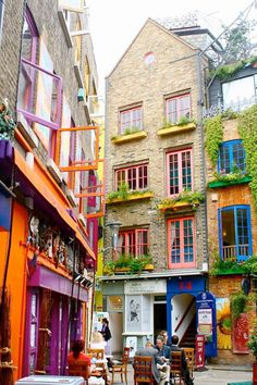 Londyn - uliczka Neals Yard w okolicy Covent Gaden / Neal's Yard, Covent Garden, London Oh The Places You'll Go, Places To Travel, Travel Destinations, Places To Visit, Secret Places In London, London Places, London Pubs, Streets Of London, London Hotels