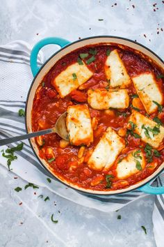Smoky Tomato Halloumi Bake Happy Veggie Kitchen Halloumi and white beans baked in a rich smoky Spanish inspired tomato sauce A simple but stunning one pot vegetarian me. Veggie Dishes, Veggie Recipes, Vegetarian Recipes, Cooking Recipes, Healthy Recipes, Baked Halloumi, One Pot Vegetarian, White Beans, Family Meals