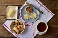 A muffin, ami valójában zsemle - Így készül az angolok reggeli péksütije - Receptek   Sóbors Muffin, Waffles, Breakfast, Food, Morning Coffee, Eten, Cupcakes, Waffle, Muffins