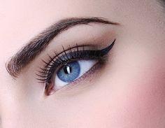 Perfekter Lidstrich  Liquid #Eyeliner richtig auftragen:  Eine Anleitung in 5 Schritten: http://www.wimpernwuensche.de/liquid-eyeliner-richtig-auftragen