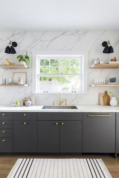 Visit a Dutch colonial house in Portland that unites old and new luxe kitchen backsplash ideas: marble slab, Kitchen Marble, Home Decor Kitchen, Kitchen Remodel, Interior Design Kitchen, Diy Kitchen Renovation, Home Kitchens, Kitchen Renovation, Gray Interiors, Kitchen Design