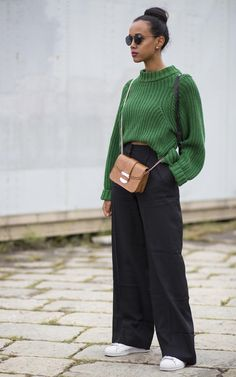 Best street style at Milan Fashion Week in 2020 Wide Leg Pants Street Style, Wide Pants Outfit, Jumper Outfit, Wide Trousers, Black Trousers, Look Retro, Mein Style, Mode Inspiration, Mode Outfits