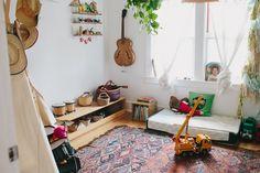 idée-déco-chambre-bébé-montessori-lit-bébé-montessori-sur-le-sol-tapis-oriental-instruments-de-musique-guitare-tambours-jouets-meuble-de-rangement-bas-en-bois-deco-chambre-styke-bohème Giada De Laurentiis, Browning, Flooring Options, Baby Bedroom, Kids Playing, Toddler Bed, Ikea, Sweet Home, Kids Rugs