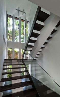 Kuala Lumpur-based studio Twenty-Nine Design has completed the Hijauan House project. This two story contemporary home is located in Kuala Lumpur, Malaysia. Interior Stair Railing, Stair Railing Design, Staircase Railings, Stairways, Oak Handrail, Open Staircase, Staircase Ideas, Glass Stairs, Glass Railing