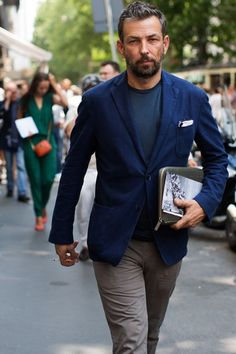 Contraste de cores e blazer usado com camiseta. Homens maduros e super charmosos   Dicas de estilo e looks masculino para trabalhar e para ocasiões especiais